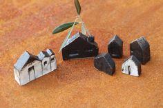 マットな色の家を6軒セットで♪ 陶器。1210℃焼成、本焼きです。それぞれ一品制作ですので同じ家はふたつとありません。白マット釉、黒マット釉、白化粧土をかけて...|ハンドメイド、手作り、手仕事品の通販・販売・購入ならCreema。