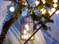 Cómo iluminar el jardín con Guirnaldas de luz, las bolas luminosas del modelo Solvinden, de Ikea, no gastan nada porque se cargan con la luz del Sol. ¡Y quedan preciosas!