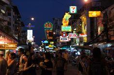 Die Khao San Road in Bangkok zieht abends viele Menschen am. #Thailand #Bangkok #erlebeFernreisen
