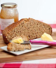 Soda bread en cocotte : pain irlandais rustique Pour un pain de 22 cm de diamètre ou un moule à cake :  - 250g farine complète - 200g farine T45 - 1 c.à thé de bicarbonate de soude (5 g) - 1 c.à thé de sel (5 g) - 1 oeuf entier - 350ml (+ ou -) de lait ribot - 1 c.à thé de miel