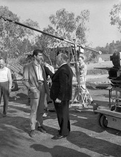 This photo was taken on the set of the film Psycho The actor Anthony Perkins & the director Alfred Hitchcock can be seen in the picture. The actor plays the role of Norman Bates. Anthony Perkins, Alfred Hitchcock, Bates Motel Season 4, Joseph, Norman Bates, Universal Pictures, Classic Movies, Old Hollywood, I Movie