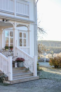 𝙳𝚛ö𝚖𝚐å𝚛𝚍𝚜𝚕𝚒𝚟 Cottage Porch, Cottage Farmhouse, Cozy Cottage, Farmhouse Chic, Beautiful Interiors, Beautiful Homes, Home Greenhouse, Porch Steps, Scandinavian Home