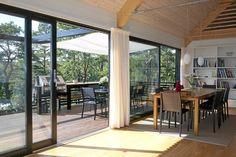 EN ÅPEN VERDEN: Fra salongsiden ser vi hvor god tilgang det er til uteområdene og terrassen.