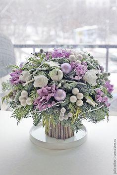 Купить или заказать Зимний букет сиреневый в интернет-магазине на Ярмарке Мастеров. Зимняя композиция из натуральной хвои, новогоднего декора и стабилизированных цветов. Стабилизированные цветы - это высушенные натуральные цветы, которые после специальной обработки не теряют эластичности листьев. Диаметр 45 см, высота 30 см.