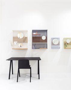 Wandablage Pinorama S / H 50 cm - Spiegel Ø 26 cm / mit 4 Zubehörteilen, Rot von Hay finden Sie bei Made In Design, Ihrem Online Shop für Designermöbel, Leuchten und Dekoration.