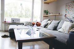 Gemütliches Wohnzimmer mit Glastisch und Riesencouch. #interior #wohnzimmer #couch