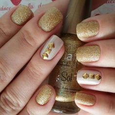 unhas douradas com strass