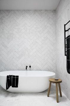 modernes, minimalistisches Badezimmer mit Badewanne modern minimalist bathroom with soaker tub - Marble Bathroom Dreams Laundry In Bathroom, Bathroom Inspo, Master Bathroom, Bathroom Ideas, Bathroom Designs, Bathroom Storage, Kitchen Storage, Bathroom Towels, Bathroom Vanities