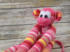 Chiki los monos son animales originales del calcetín hecho a mano. Ideal para ese regalo único para cualquier niño o el niño en el corazón... Cada animal se hace con tierno cariño y atención al detalle, creando una personalidad por su cuenta.  * Nota: Chiki monos pueden no ser apropiados para los bebés o niños pequeños debido a los botones. * Cada animal es hecho a mano con hilo de tapicería. * Corazón de mono firmaChiki se adhiere a cada artículo así.  Para la información adicional no dude…