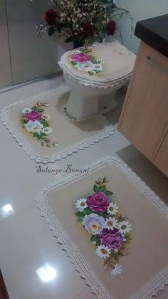 Jogo de banheiro pintado a mão em tecido emborrachado com acabamento em barbante