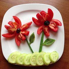 Blümchen auf dem Teller. alias Gurke und Tomate.