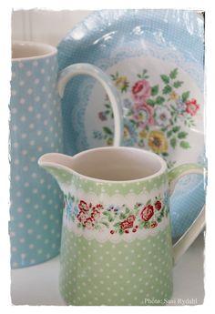 jarras y platos desechables Wendy Blue, los podeis encontrar en www.cosasconencanto.com