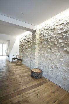eclairage indirect pour les murs dans le salon avec sol en parquet clair