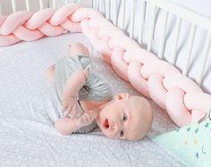 Lit tressé pare-chocs - coussin noeud, noeud coussin, coussin décoratif, traversin oreiller, literie lit, literie, draps de bébé, cadeau de Shower de bébé