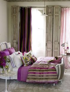 I love the colours in this bedroom. Purple & green do work together! Hmm......