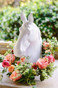 Host your own Kentucky Derby viewing party with these simple entertaining and decor ideas! Horse Racing Party, Horse Birthday Parties, 40th Birthday, Birthday Ideas, Derby Horse, Run For The Roses, Derby Day, Derby Time, Quinceanera Party