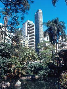 Do Shopping Center Iguatemi ao Vale do Anhangabau, fizemos uma seleção de fotografias de um viajante dos Estados Unidos a São Paulo em 1971 e 1974.
