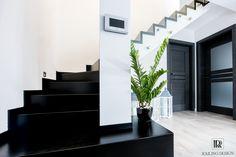 Railing Design to producent eleganckich mebli, balustrad, schodów i pochwytów wykonanych z wysokiej jakości materiałów takich, jak stal nierdzewna czy wysokogatunkowe drewno.  Kształtowanie przestrzeni to nasza pasja, dlatego dokładamy największych starań, aby każdy element wychodzący z naszej pracowni był unikatowy, idealnie dopasowany do Ciebie i Twojego domu.