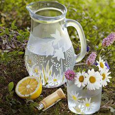 Une carafe et son verre peints de fleurs