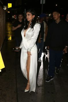 Kylie Jenner goes braless in low-cut silk dress on date with Tyga Kendall Jenner, Kylie Jenner Daily, Trajes Kylie Jenner, Looks Kylie Jenner, Kylie Jenner Outfits, Kylie Jenner Style, Kourtney Kardashian, Estilo Kardashian, Kardashian Style