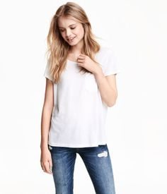 Short-sleeved top in jersey with chest pocket.