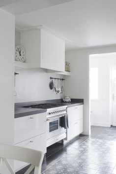 Binnenkijken bij Lambert en Ingeborg. Fotograaf Job Bolier | WOON maart 2014 | Kitchen And Bath, New Kitchen, Kitchen Dining, Kitchen Cabinets, Classic Bathroom, Small Apartment Decorating, Small Apartments, Kitchen Furniture, Cool Kitchens