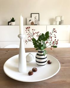 The candlestick Blossom Lilly ensures a cozy atmosphere even on uncomfortable autumn days! Combined with a striped vase … - New Deko Sites Autumn Table, Autumn Day, Ostern Party, Table Led, Ribbon Organization, Decoration Originale, Farmhouse Lighting, Vase, Deco Table