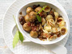 Nudeln mit Lammhackbällchen mit Aubergine, Tomaten und Sultaninen - smarter - Kalorien: 724 Kcal - Zeit: 40 Min. | eatsmarter.de