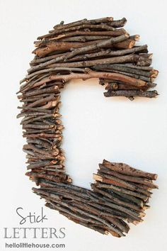 Monogram of branches Hello Little House shows us how to put a rustic spin on the monogram game by creating one with some of the many sticks her sons collect, and included it in their room make-over. The post Monogram of branches appeared first on Crafts. Country Decor, Rustic Decor, Rustic Vases, Country Crafts, Rustic Room, Rustic Nursery, Rustic Style, Stick Letters, Diy Letters