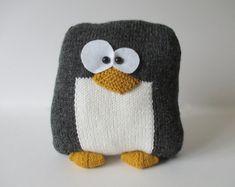 Hey, j'ai trouvé ce super article sur Etsy, chez https://www.etsy.com/fr/listing/241661242/penguin-cushion-knitting-patterns