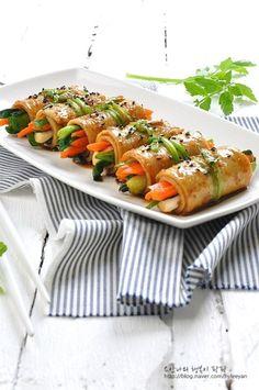 어묵말이~ 술안주로딱! 어묵의 멋진변신 : 네이버 블로그 Fingerfood Party, Party Finger Foods, Bulgogi, Breakfast For Dinner, Korean Food, Kimchi, Sushi, Lunch Box, Rolls