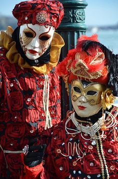 Couple in Carnaval in Venice Mardi Gras Carnival, Venetian Carnival Masks, Carnival Of Venice, Venetian Masquerade, Masquerade Ball, Venice Carnivale, Venetian Costumes, Mardi Gras Costumes, Carnival Costumes