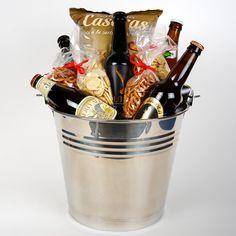 69,95 euros #Cesta Gourmet Baviera: en esta lista no podía faltar nuestra recomendación personal por supuesto. Os presentamos la cesta Gourmet Baviera, ideal para los amantes de la cerveza y de disfrutarla mientras ven su deporte favorito. La cesta incluye cinco variedades de cervezas artesanas y diversos aperitivos, una verdadera delicia y además, a domicilio.
