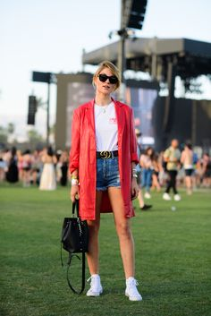 Best Coachella Street Style 2017 - Festival Style From Coachella Nude Outfits, Girly Outfits, Casual Outfits, Fashion Outfits, Travel Outfits, Jeans Fashion, Fashion Tips, Looks Com Short Jeans, Look Con Short