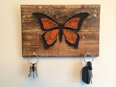 Monarch butterfly key or jewelry hanger, handmade string art butterfly art, small gift, Mother& Day gifts, from Edgeofthewoodsart on Etsy. Butterfly Project, Butterfly Art, Monarch Butterfly, Butterflies, String Art Tutorials, String Art Patterns, Nail String Art, String Crafts, Hilograma Ideas