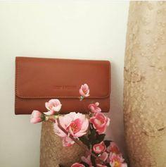 Minibag von Lost&Found in caramel - auch als Clutch getragen wunderschön Clutch, Shopper, Card Case, Mini, Lost, Wallet, Cards, Fashion, Accessories