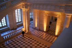 le départ de l'escalier Gabriel, dont la construction fut entreprise en 1772 sur les plans d'Ange-Jacques Gabriel, était destiné à remplacer un escalier détruit vingt ans plus tôt. Mais les travaux furent interrompus. Ils ont été repris et achevés en 1985, selon les plans originels. Il permet d'accéder au Salon d'Hercule, antichambre du Grand Appartement du Roi, de la Chapelle royale et de l'Opéra de Versailles
