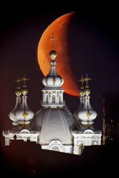 Moon is Seen Rising in the Sky Above the Domes of the Smolny Cathedral in St.Petersburg, Russia Photographic Print – 2020 World Travel Populler Travel Country Beautiful Moon, Beautiful World, Beautiful Places, Beautiful Pictures, St Pétersbourg Rússie, Places Around The World, Around The Worlds, Voyager C'est Vivre, Shoot The Moon
