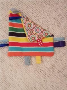 Was knistert denn da? So ein kuscheliges und kunterbuntes Knistertuch erfreut die Kleinen! Mit dieser DIY-Anleitung kannst Du aus Stoff und Bratschlauch ein schönes Geschenk für Babys herstellen.