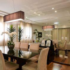 Sala de jantar com a parede toda revestida em espelho!! Que lindo!!