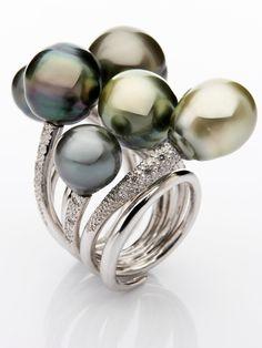 Esta es un pieza única que ganó el primer premio del concurso de Tahití celebrado en Milán. Combinación de perlas de Tahití de calidad excepcional y brillantes.