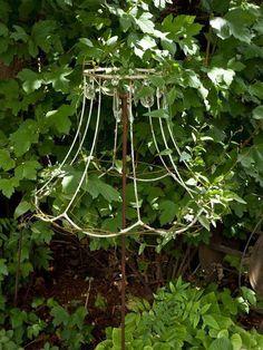 unique garden designs - The most beautiful garden decor Garden Whimsy, Garden Junk, Garden Yard Ideas, Garden Crafts, Garden Projects, Unique Gardens, Amazing Gardens, Lamp Shade Frame, Jardin Decor