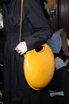 // Le sac rond mandarine du défilé Lemaire