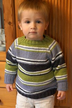 This striped jumper is knitted seamlessly from the top. Boys Knitting Patterns Free, Baby Knitting Free, Baby Sweater Knitting Pattern, Baby Sweater Patterns, Knitting For Kids, Baby Boy Sweater, Toddler Sweater, Knit Baby Sweaters, Boys Sweaters