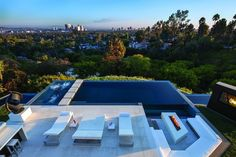 Terrasse und Swimmingpool in Perfect moderne Villa in Beverly Hills Infinity Pools, Infinity Edge Pool, Piscina Spa, Beverly Hills Mansion, Modern Pools, Terrace Design, Terrace Ideas, Patio Design, Patio Ideas