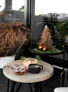 Christmas decoration for balcony cozy atmosphere faux fur lots of warmth Magical Christmas, Winter Christmas, Christmas Home, Merry Christmas, Evergreen Potted Plants, Star Lamp, Green Garland, Hanging Garland, How To Make Lanterns
