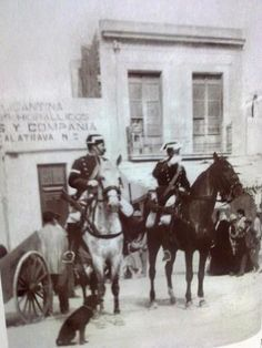 Un domingo de mayo de 1895 en la calle de San Vicente. Tarde de toros. La Benemérita controlando y el perro pasando de todo. Foto de Oscar Vaillard. Subida por Fco Rodriguez
