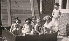 Anne (2. von links) mit Freundinnen im Sandkasten, Juli 1937 | © Anne Frank Fonds, Bazel / Anne Frank Stichting, Amsterdam
