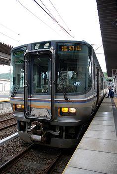 この列車に乗ってゆけば。乗り継いで、日本海を眺めながら650キロの旅を夢見ている。2010/9 亀岡駅 JR山陰本線福知山行(223系)© 2010 風旅記(M.M.) *許可なく転載はできません...