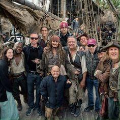 Pirates of the Caribbean: Dead Men Tell No Tales, cast and crew shot --->> Ohmygosh is that Ori on the right? Captain Jack Sparrow, Disney Love, Disney Magic, Disney And Dreamworks, Disney Pixar, Narnia, Johny Depp, I Love Cinema, Pirate Life
